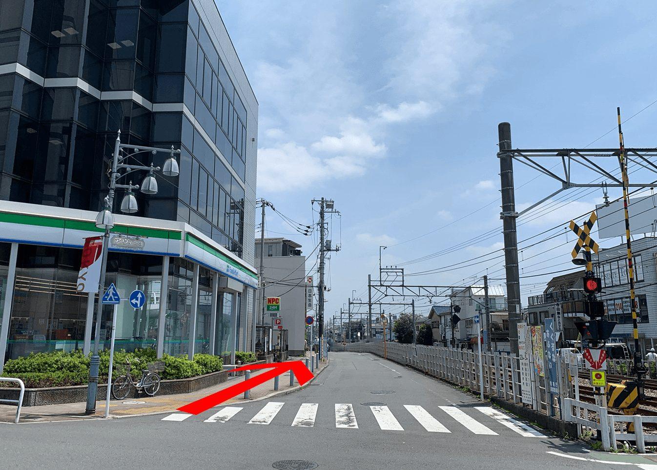②線路沿いに西武新宿駅方面へ進みます。つるた接骨院は田無駅北口より徒歩5分。